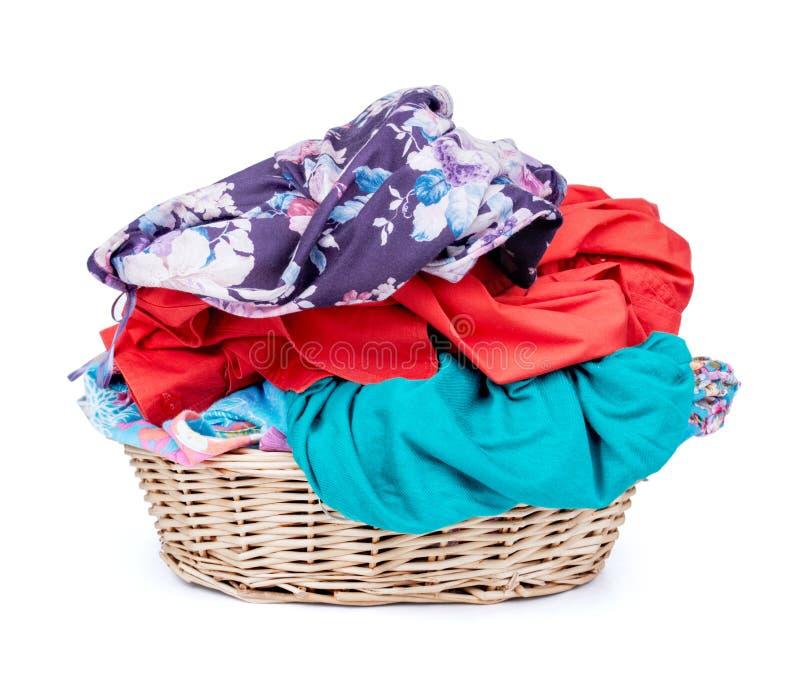 Canestro di lavanderia del colpo orizzontale dei vestiti isolato sul BAC bianco immagini stock