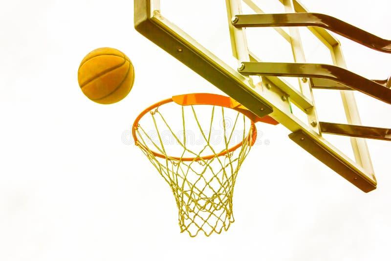 Canestro di pallacanestro sui precedenti delle case della città Pallacanestro della via immagini stock libere da diritti