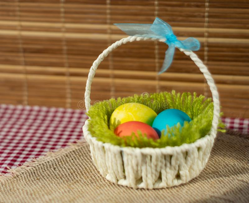 Canestro di Pasqua con le uova colorate fotografia stock