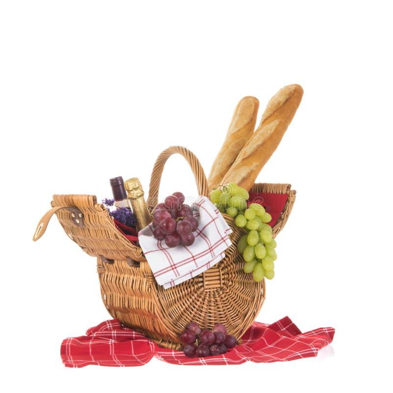 Canestro di picnic con il vino e l'uva del pane fotografia stock libera da diritti