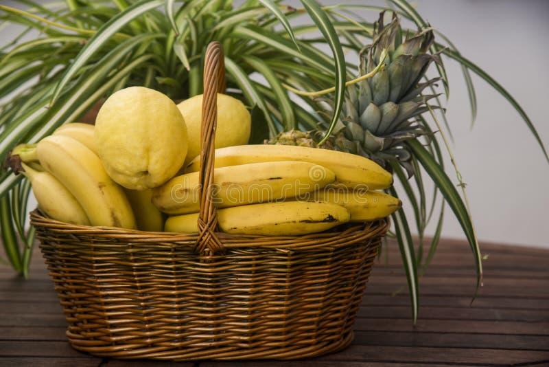 Canestro di vimini con i frutti tropicali fotografia stock libera da diritti