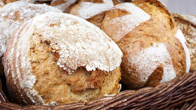Canestro di vimini con pane Pane e panini dentro il canestro Prodotti della panificazione freschi sulla tavola Ha un sapore il la immagine stock