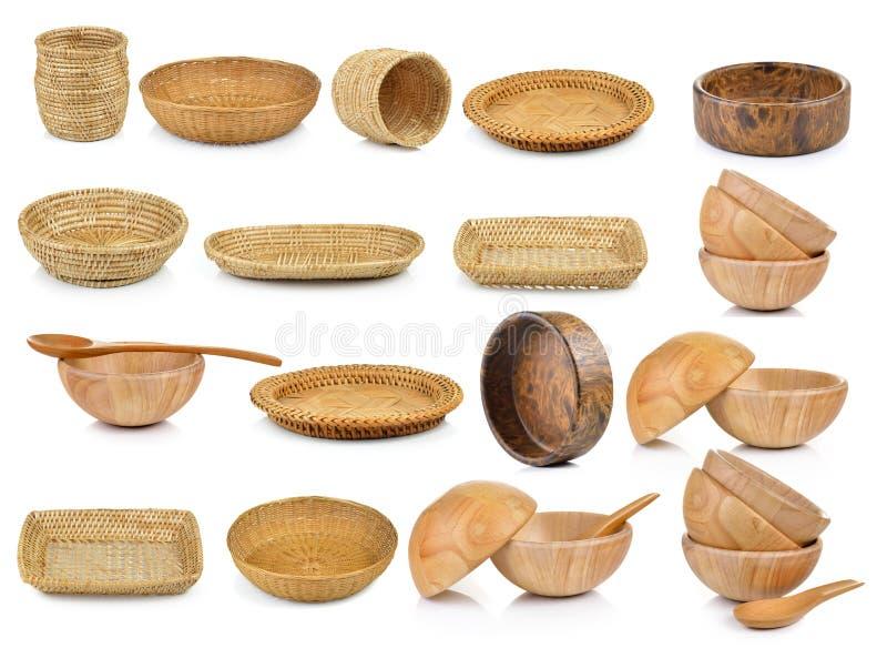 Canestro di vimini del tessuto d'annata e della ciotola di legno immagini stock