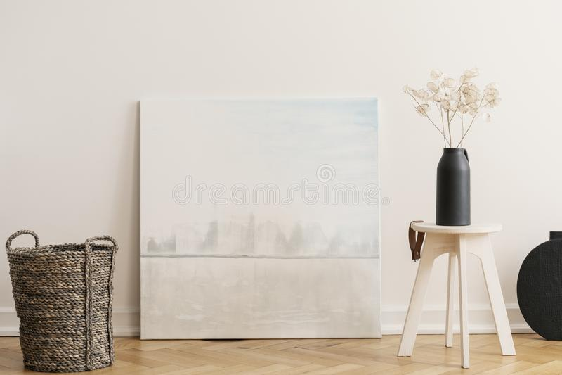 Canestro di vimini e tavola di legno con il vaso nero con i fiori, foto reale con il modello fotografia stock libera da diritti