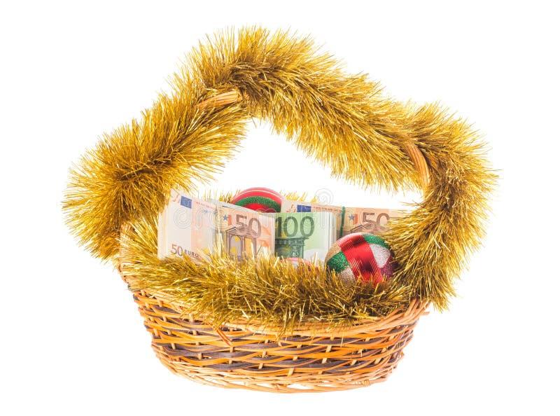 Canestro di vimini di Natale in pieno di euro fatture fotografie stock libere da diritti