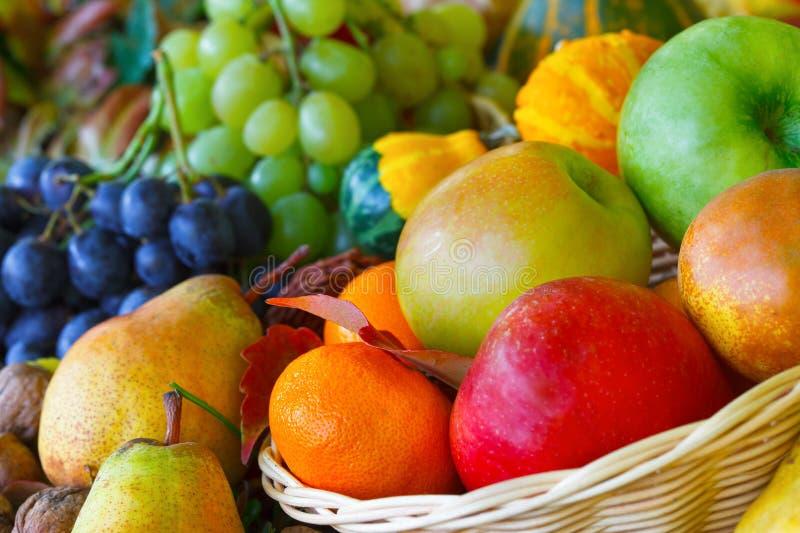 Canestro di vimini in pieno della frutta di autunno fotografia stock