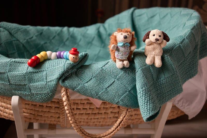 Canestro e giocattoli del bambino fotografie stock