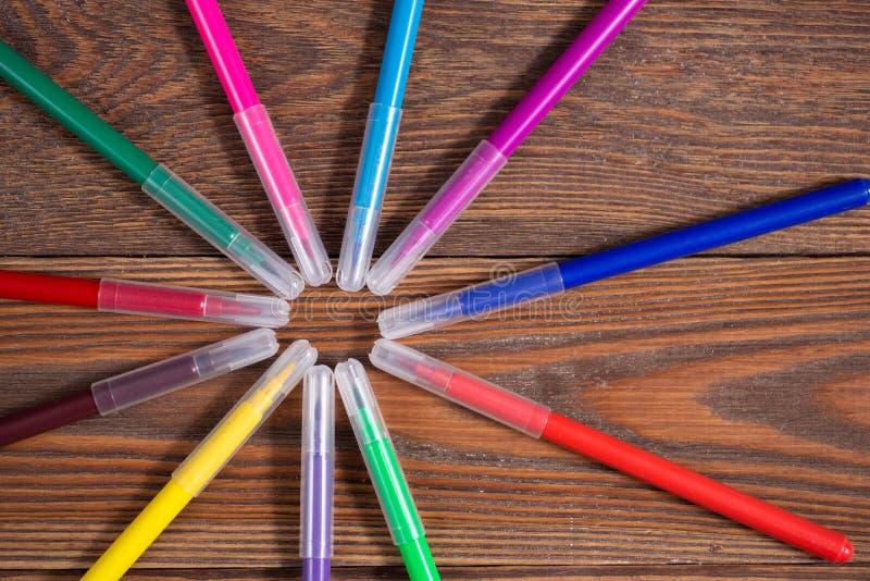 Canetas com ponta de feltro coloridas em um fundo de madeira da tabela, o conceito fotos de stock