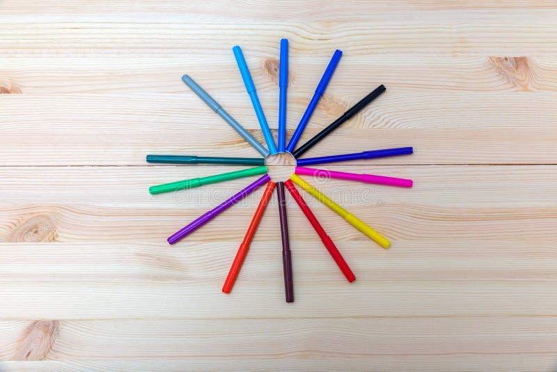 Canetas com ponta de feltro coloridas em uma tabela de madeira foto de stock