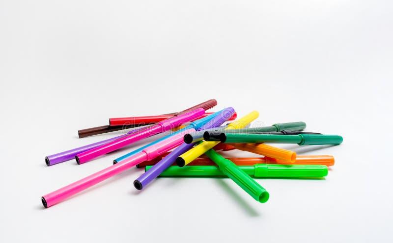 canetas com ponta de feltro Multi-coloridas dispersadas aleatoriamente em um fundo branco De volta ? escola Educação das belas ar foto de stock