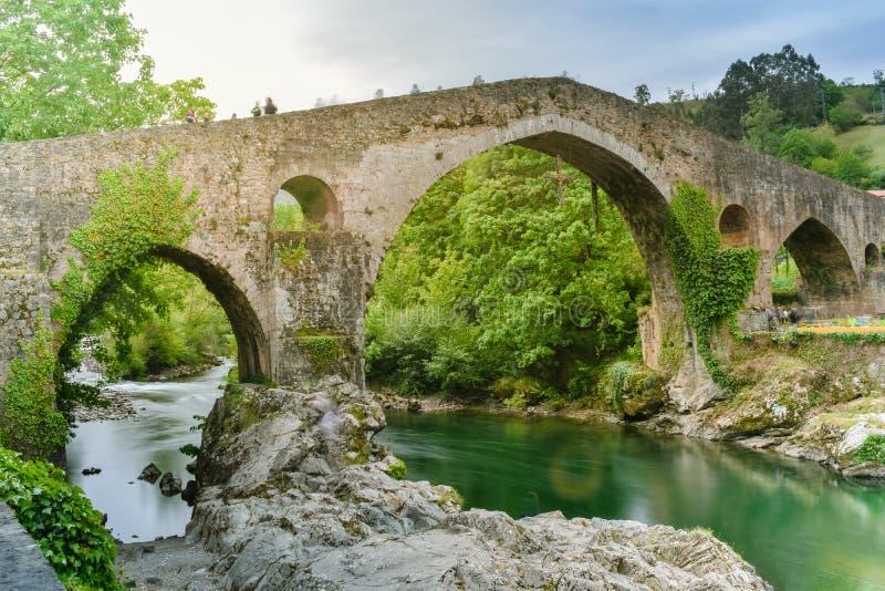 Cangas de Onis Överbrygga, Asturias royaltyfria foton