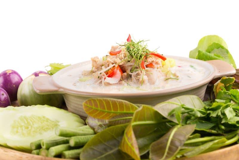 Cangrejo suave del Simmer hervido en la leche de coco con las verduras frescas, T foto de archivo libre de regalías