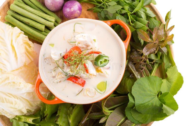 Cangrejo suave del Simmer hervido en la leche de coco con las verduras frescas, T foto de archivo