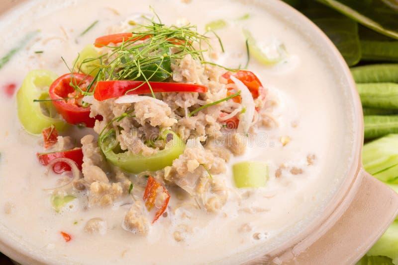 Cangrejo suave del Simmer hervido en la leche de coco con las verduras frescas, T fotos de archivo libres de regalías
