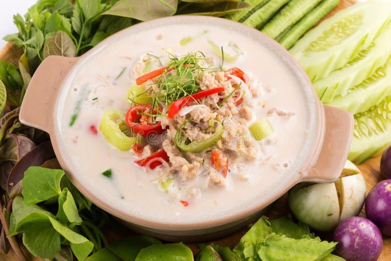 Cangrejo suave del Simmer hervido en la leche de coco con las verduras frescas, T imagenes de archivo