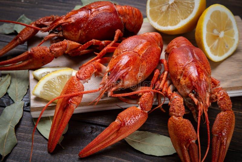 cangrejos El rojo hirvi? crawfishes en la tabla en estilo r?stico, primer Primer de la langosta imagenes de archivo