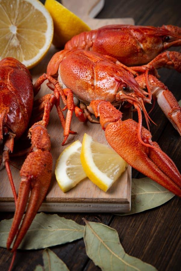cangrejos El rojo hirvi? crawfishes en la tabla en estilo r?stico, primer Primer de la langosta imagen de archivo libre de regalías