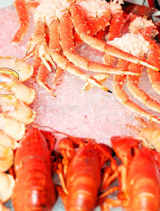 Cangrejos rojos en mercado de pescados foto de archivo libre de regalías