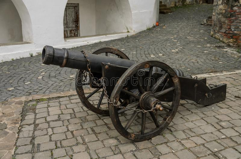 Canhão antigo velho nas paredes da fortaleza do castelo imagens de stock