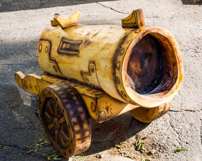 Canhão cortado de um tronco de árvore velho imagem de stock royalty free