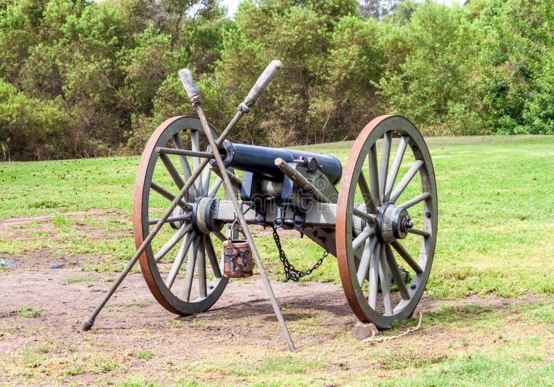 Canhão da guerra civil pronto para a ação no campo de batalha fotos de stock royalty free