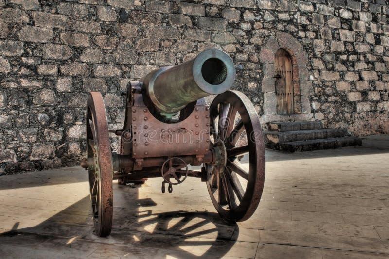 Canhão da madeira e do bronze em San Gabriel Fortress em Arrecife, Lanzarote, Ilhas Canárias fotos de stock royalty free