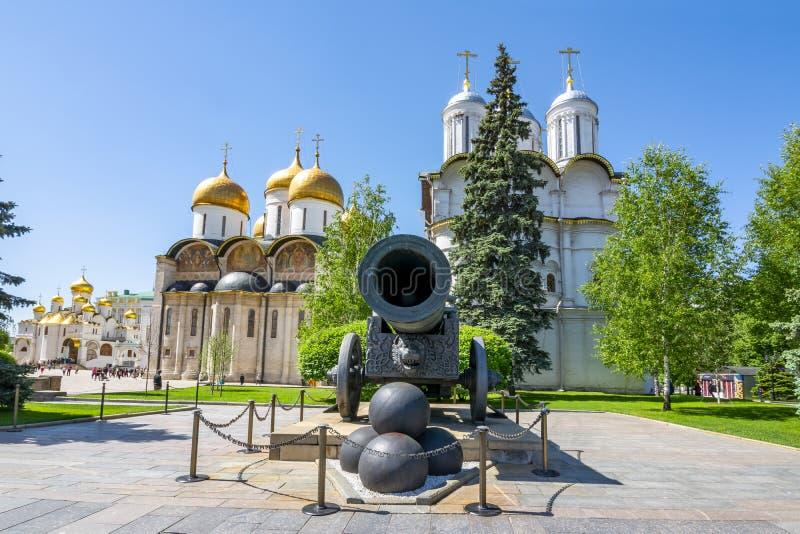 Canhão do czar, catedral de Patriarshy e catedral do Dormition Uspensky Sobor no Kremlin de Moscou, Rússia imagem de stock