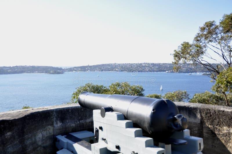 Canhão do vintage que olha sobre Sydney Harbour fotografia de stock