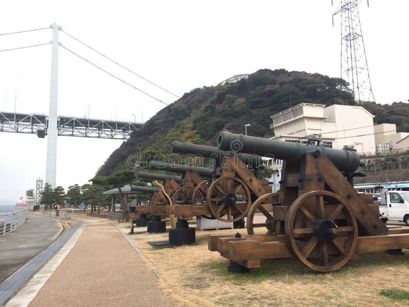 Canhão em passos de Kanmon e em habour, Shimonoseki, Yamaguchi, Japão imagem de stock
