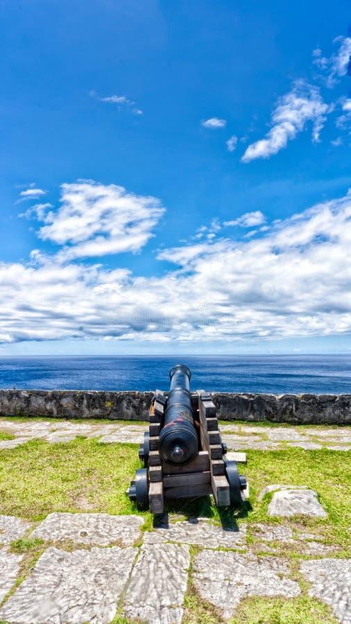 Canhão espanhol abandonado que negligencia o oceano em Guam fotografia de stock