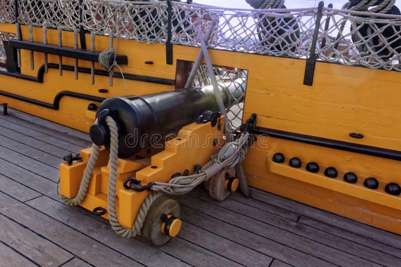 Canhão na plataforma do navio imagens de stock