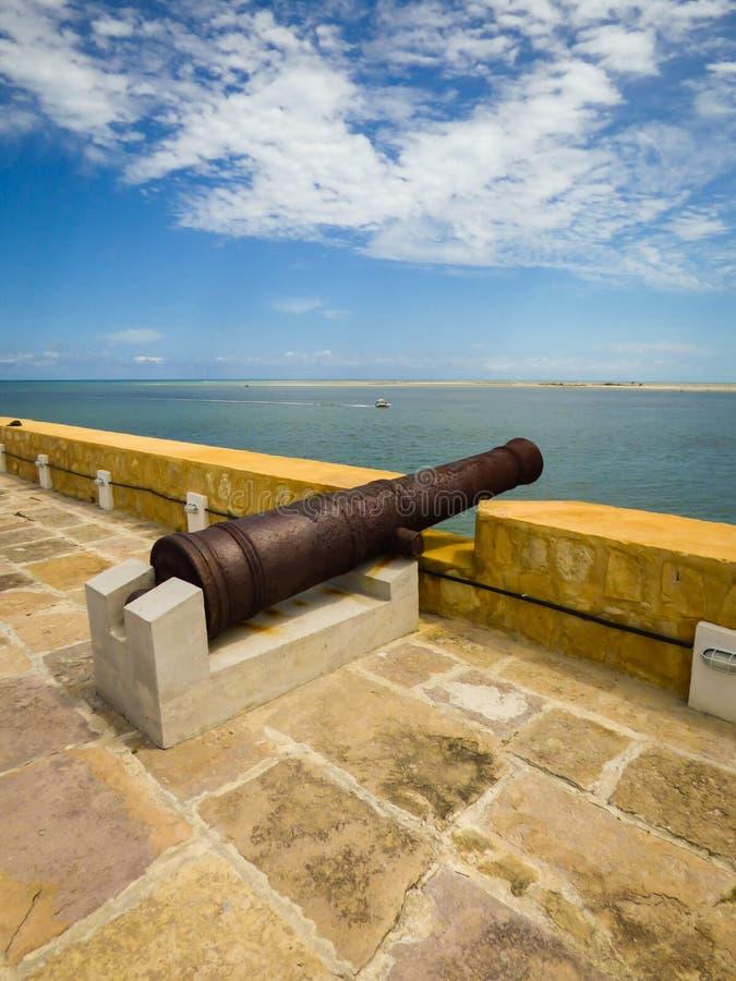Canhão velho dentro de Santa Cruz Fort, forte português holandês e mais atrasado velho na ilha de Itamaraca, Brasil foto de stock