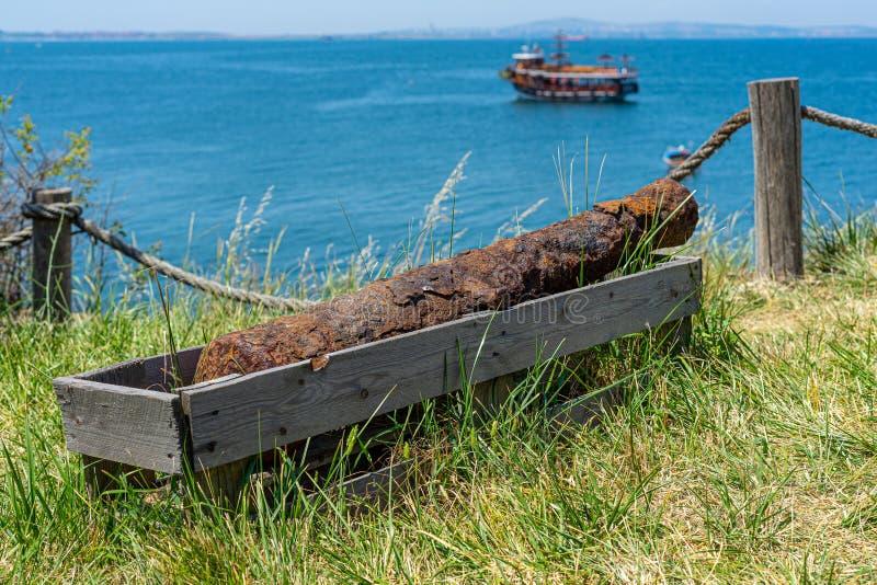 Canhão velho enferrujado na costa imagens de stock royalty free