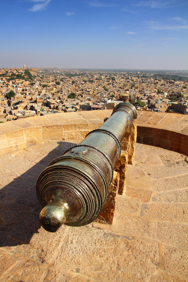 Canhão velho no telhado do forte de Jaisalmer imagens de stock royalty free