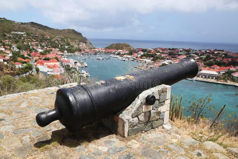 Canhão velho sobre o porto de Gustavia em St Barths fotografia de stock
