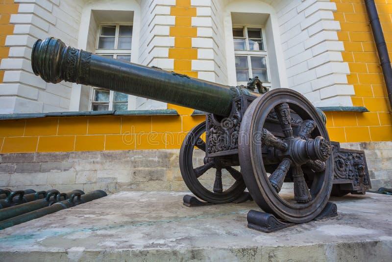 Canhões antigos da artilharia no Kremlin de Moscou fotografia de stock