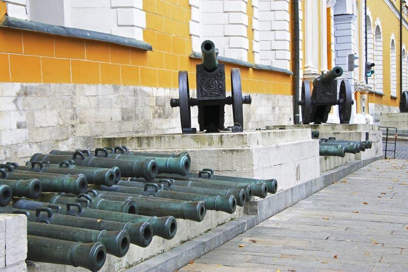 Canhões antigos da artilharia no Kremlin de Moscou, Rússia foto de stock royalty free