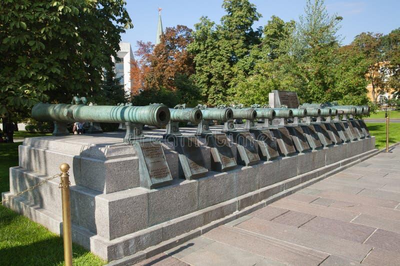 Canhões medievais da artilharia no Kremlin de Moscou imagens de stock