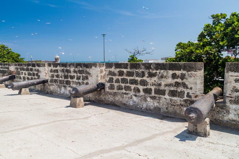Canhões nas paredes da fortificação de Cartagena foto de stock