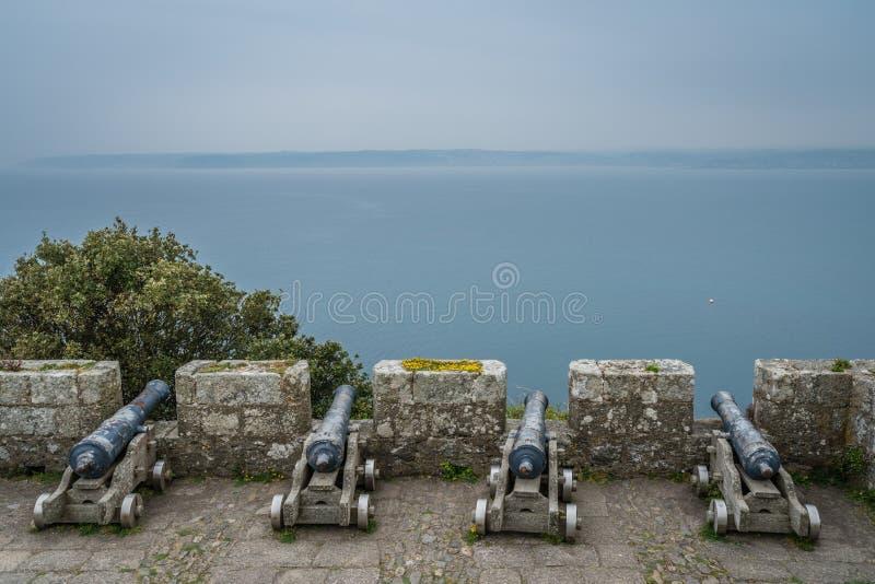 Canhões nas paredes do forte do St Michaels Mount foto de stock
