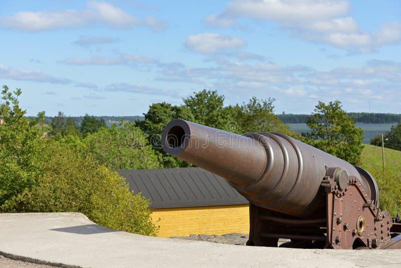 Canhões nas terraplenagens da costa de Kustaanmiekka, datando da era do russo O vintage atira em 19 c Fortaleza de Suomenlinna Sv fotografia de stock