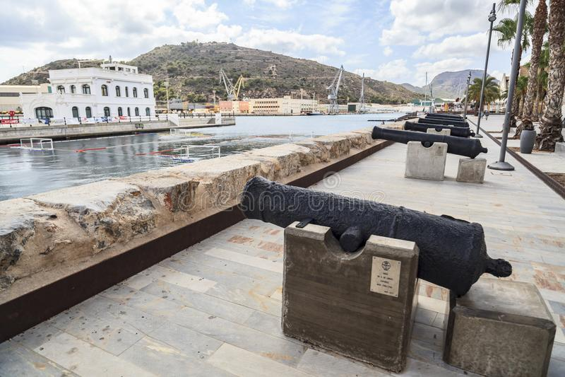 Canhões velhos no porto de Cartagena, Espanha fotos de stock