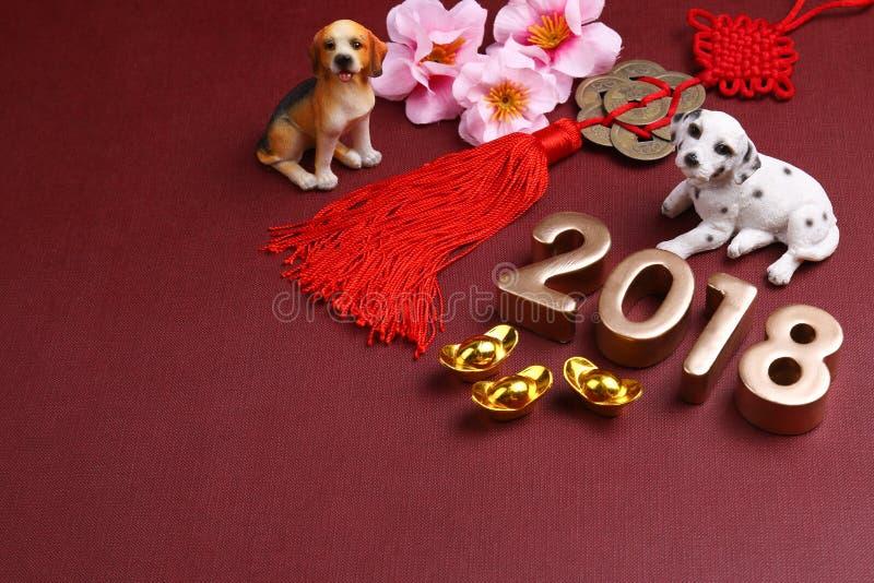 Cani miniatura con le decorazioni 2018 del nuovo anno del chinse - serie 11 fotografie stock libere da diritti