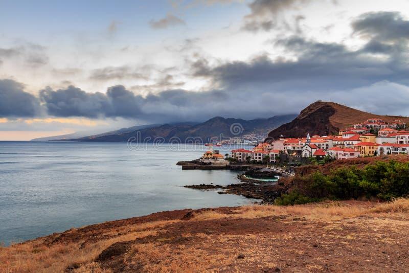 Canical bij schemer/nacht, de stad van Funchal op de achtergrond, Madera, Portugal stock fotografie