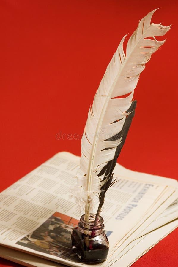 Canilla y periódicos de la pluma imagen de archivo
