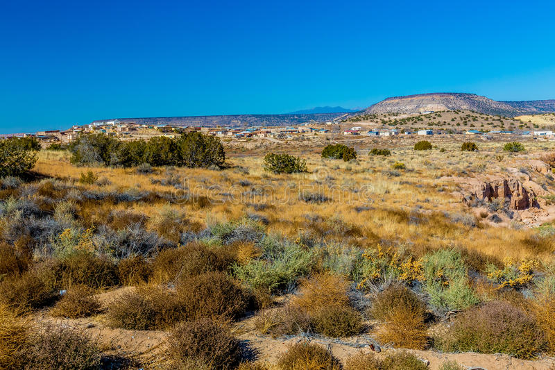 Canion met Berg en Zwart Lava Rock op de Klippen in de Woestijn van New Mexico stock afbeelding