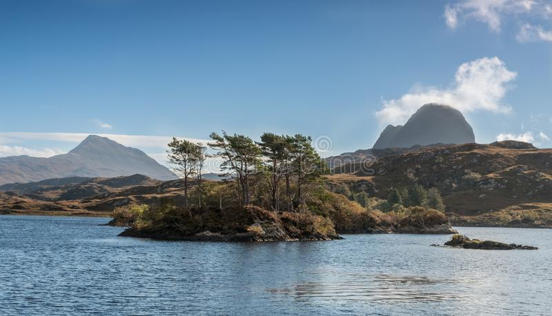 Canisp和Suilven山,在Lochinver Assynt高地苏格兰附近 免版税库存照片