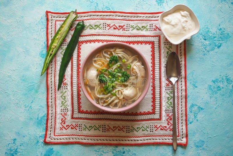 Canja de galinha de Zama, de romanian e de moldavian com macarronete A sopa tradicional da manutenção é servida com pimento e cre fotografia de stock