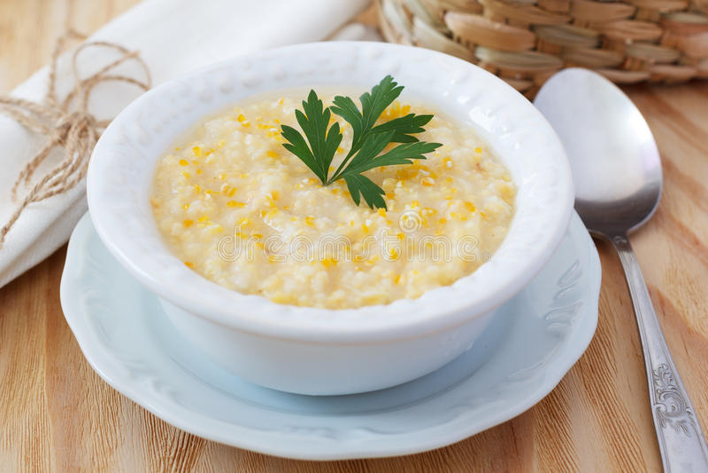 Canjiquinha brésilien de soupe à maïs dans le plat blanc de vintage photo stock