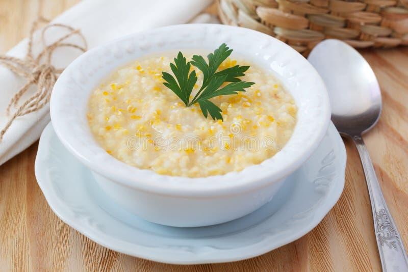 Canjiquinha brasileño de la sopa del maíz en la placa blanca del vintage foto de archivo